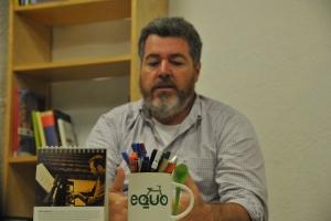 Juantxo en su despacho de Equo Foto por Andrés Stumpf