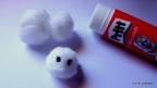2. Moldea el algodón en forma de muñeco de nieve