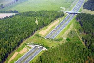 Ecoducto en la autopista A20 cerca de Grevesmühlen, Alemania.
