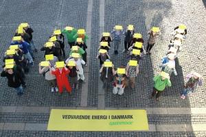 Voluntarios de Greenpeace Dinamarca pidiendo energía 100% renovable al Primer Ministro. |Foto por: 350.org|Algunos derechos reservados