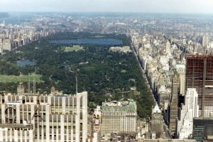 View_of_Central_Park_from_a_helicopter_on_its_way_from_the_top_of_the_Pan-Am_Building_in_downtown_New_York_City_to_JFK_Airport,_1967_(581540688)